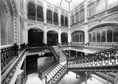 Escaleras en el interior del Edificio de Correos, vista general