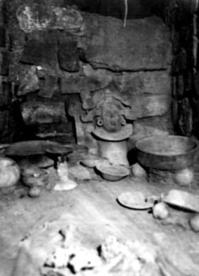 Vista parcial de las ofrendas en la Tumba 7