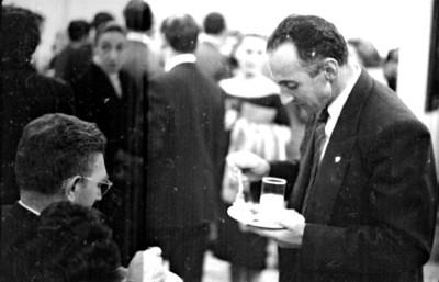 Dolores Olmedo y mujer comen bocadillos durante una