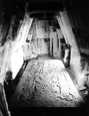 Hombre ilumina la lápida de la Tumba de Pakal