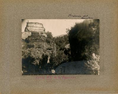 Hombres en la parte superior de la Pirámide del Tepozteco