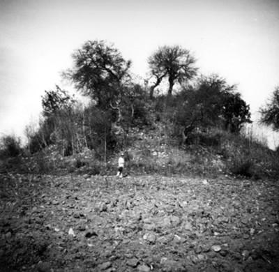 Hombre frente al montículo conocido como el Cuisillo, Tula, Zacatecas