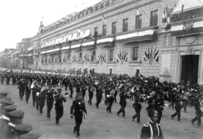 Desfile militar a su paso por Palacio Nacional