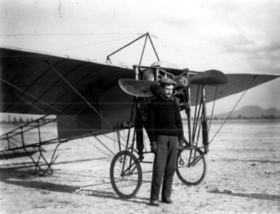 Piloto cerca del avión Bleriot en Balbuena, retrato