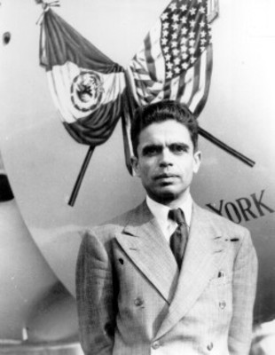 Francisco Sarabia junto al avión El Conquistador del Ciclo, retrato