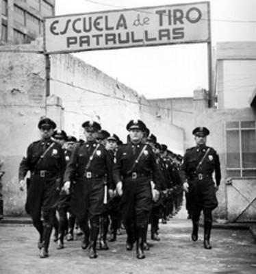 Policía duerme junto a barriles