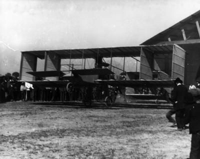 Alberto Braniff abordo del aeroplano Voisin antes del despegue