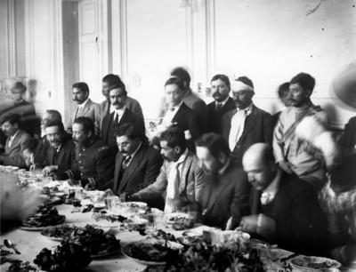 Eulalio Gutierrez, Zapata, Villa y otros jefes revolucionarios durante un banquete en Palacio Nacional