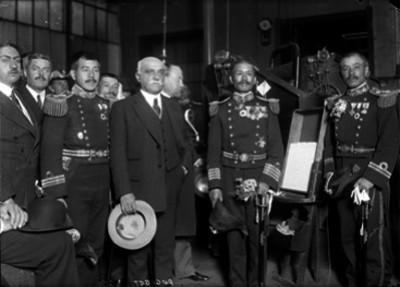 Ernesto Pugibet acompañado por oficiales de la Marina en instalaciones de la Fábrica El Buen Tono, durante una visita