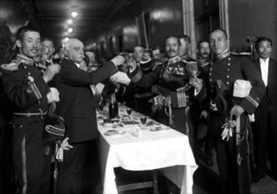 Ernesto Pugibet acompañado por oficiales de la Marina, durante un banquete ofrecido en instalaciones de la Fábrica El Buen Tono