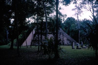 Monticulo con estelas y altares en