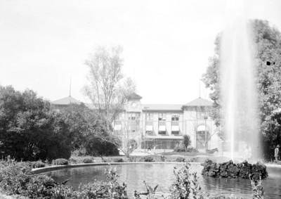 Fuente y edificio en el centro de la Ciudad de México