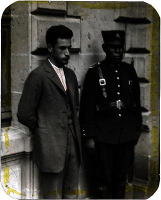 José de León Toral al lado un oficial