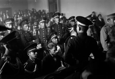 Soldados de la gendarmería montada custodiando a José de León Toral y Concepción Acevedo de la Llata, durante el jurado