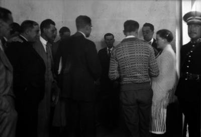 José de León Toral y Concepción Acevedo de la Llata, conversando con sus defensores, Fernando Ortega, y Gabriel Gay Fernández